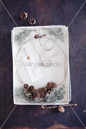 Selbstgebasteltes Zapfen-Collier in Geschenkschachtel für Mama