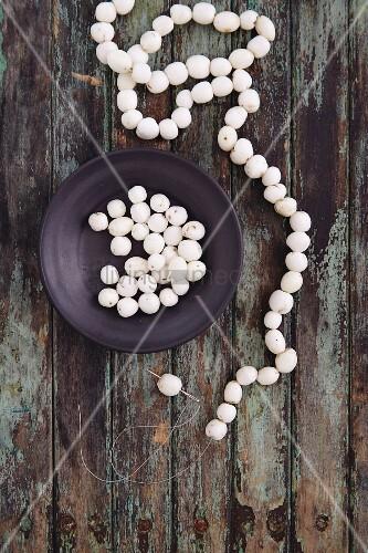 Perlenkette aus Schneebeeren basteln
