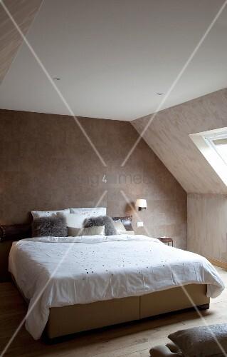 Naturfarbenes Schlafzimmer unter dem Dach mit Fell-Tapete ...