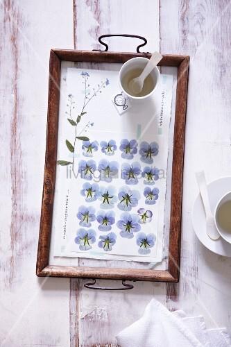 Tablett frühlingshaft dekoriert mit getrockneten Blüten