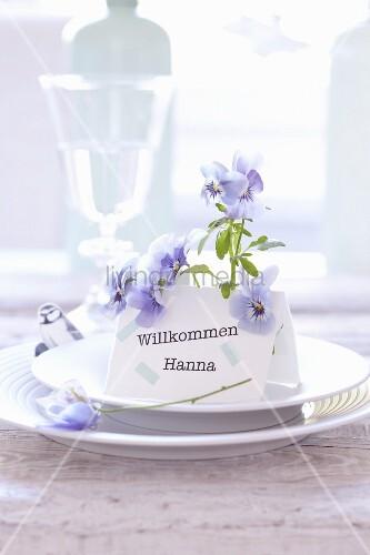 Namenskärtchen frühlingshaft dekoriert mit blauen Blüten und Vogelmotiv