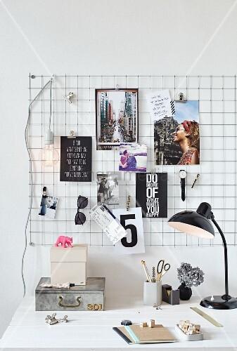 Pinnwand aus drahtgitter mit postkarten armbanduhr und - Gitter pinnwand ...