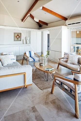 Sofagarnitur und sessel mit filigranem holzgestell und hellen polstern auf marmorboden im - Marmorboden wohnzimmer ...