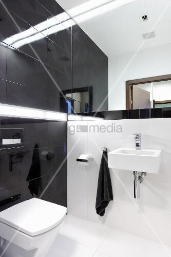 designerbad mit wei en bodenfliesen und schwarzen. Black Bedroom Furniture Sets. Home Design Ideas