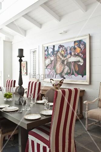 gedeckter esstisch mit rot weiss gestreiften hussenst hlen. Black Bedroom Furniture Sets. Home Design Ideas