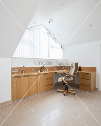 modernes b ro unter dem dach mit gro em schreibtisch bild kaufen living4media. Black Bedroom Furniture Sets. Home Design Ideas