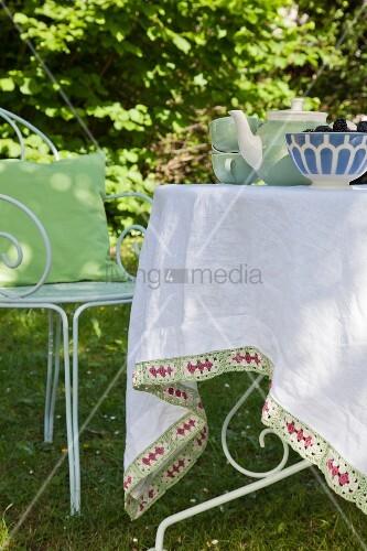 Tischdecke mit selbstgeh kelter bord re im auf gartentisch - Tischdecke gartentisch ...