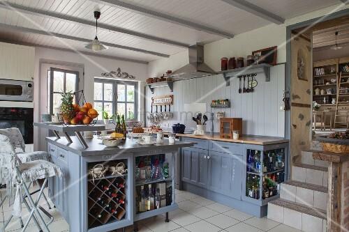 Küche offene küche landhausstil : Offene Küche mit freistehendem Küchenblock blaugrau lackiert im ...