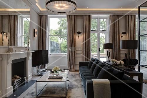 couchtisch vor offenem kamin im hintergrund bodenlange vorh nge an terrassent ren bild kaufen. Black Bedroom Furniture Sets. Home Design Ideas