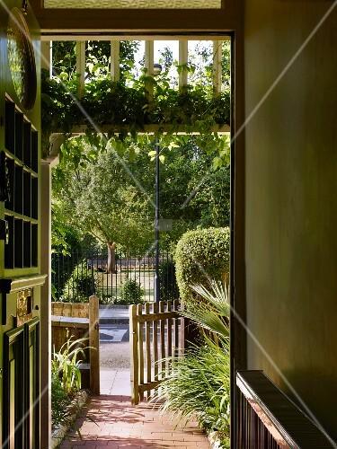 Offene haustür  Blick vom Hauseingang durch offene Haustür auf Gartentor vor der ...