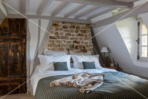 rustikales schlafzimmer im bauernhaus bild kaufen. Black Bedroom Furniture Sets. Home Design Ideas