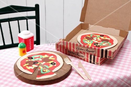pizza aus papier gebastelt bild kaufen living4media. Black Bedroom Furniture Sets. Home Design Ideas