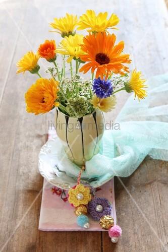 sommerlicher blumenstrauss in vase dekoriert mit h kelbl ten bild kaufen living4media. Black Bedroom Furniture Sets. Home Design Ideas