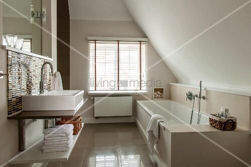 Waschtisch mit Aufbaubecken in Badezimmerecke neben Fenster mit ... | {Badewanne dachgeschoss 85}