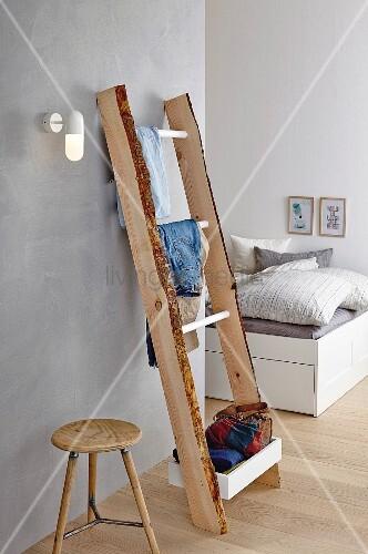 selbstgebaute holzleiter als kleiderablage im schlafzimmer bild kaufen living4media. Black Bedroom Furniture Sets. Home Design Ideas