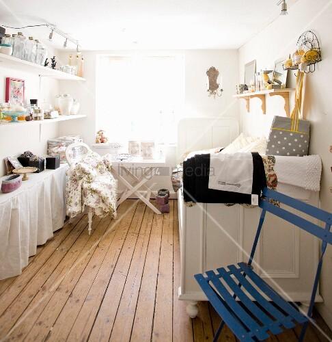 deakoartikel im verkaufsraum mit rustikalem dielenboden bild kaufen living4media. Black Bedroom Furniture Sets. Home Design Ideas