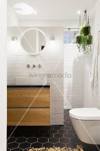 weiße backsteinwand im bad mit schwarzen wabenfliesen am boden, Hause ideen