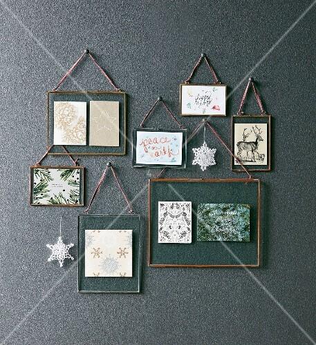 weihnachtliche bildergalerie mit verschiedenen weihnachtskarten unter glas in metallrahmen. Black Bedroom Furniture Sets. Home Design Ideas