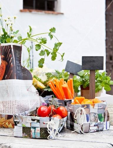 diy k rbe aus alten zeitschriften mit snacks und diy vase aus zeitungspapier gen ht bild. Black Bedroom Furniture Sets. Home Design Ideas
