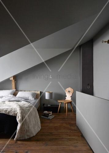 Etonnant Welche Farbe Passt Ins Schlafzimmer Nuhera Com Schlafzimmer Mit Dachschrage  Und Gaube Graue Farbe An Wanden Und ...