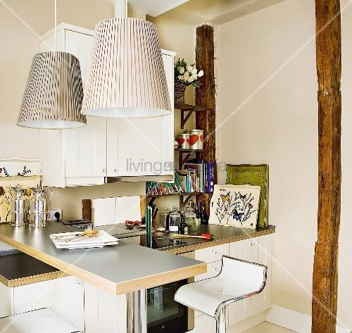 kleine verwinkelte k che mit theke bild kaufen living4media. Black Bedroom Furniture Sets. Home Design Ideas