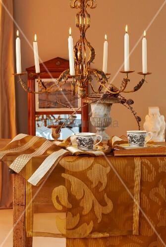 Herbstliche tischdekoration mit goldfarbenen tischläufern und ...