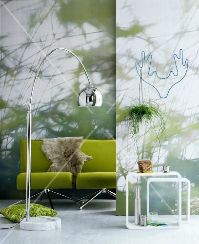zwei gr ne sessel mit fell vor einer wand mit fototapete. Black Bedroom Furniture Sets. Home Design Ideas