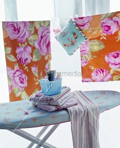 gestreifte t cher auf b gelbrett vor w scheleine mit rosenmuster bettw sche bild kaufen. Black Bedroom Furniture Sets. Home Design Ideas