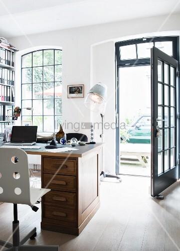 Offene haustür  Schreibtisch in einem Loft, Blick durch offene Haustür – Bild ...