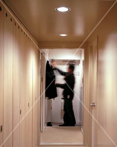 einbauschrank im schmalen flur und bick durch offene t r. Black Bedroom Furniture Sets. Home Design Ideas
