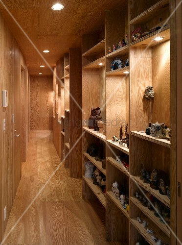 Schmaler Flur Bilder : Schmaler Flur mit Holzverkleidung an Wand und Decke und Einbauregal