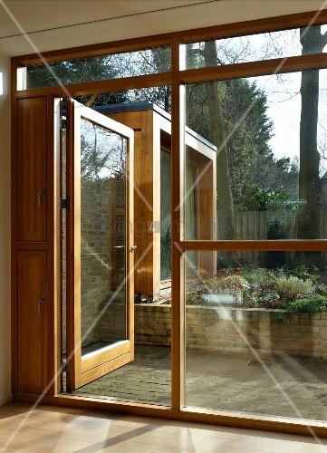 Fensterfront Mit Holz Glaskonstruktion Und Offener Terrassentür Mit Blick  Auf Blumenbeet Ideas