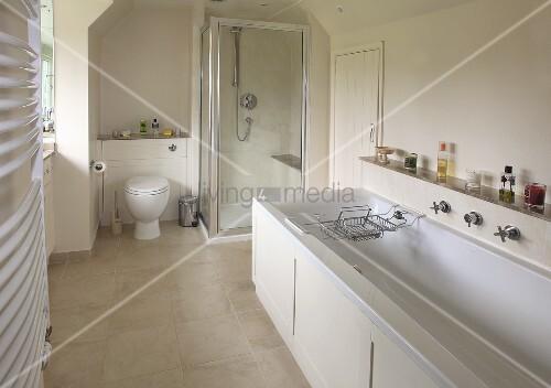 ein helles badezimmer mit badewanne duschkabine und toilette bild kaufen living4media. Black Bedroom Furniture Sets. Home Design Ideas