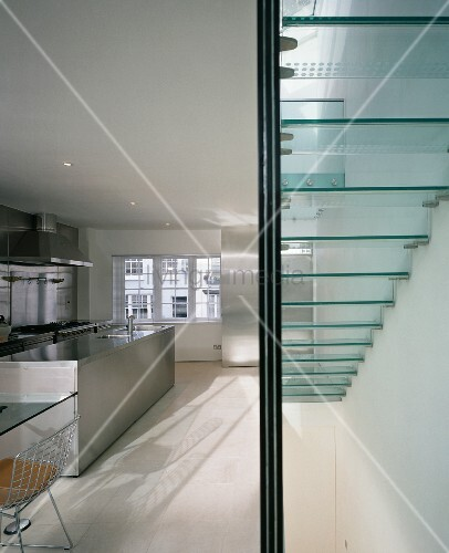 treppe mit glasstufen in offener k che mit k chenblock aus edelstahl bild kaufen living4media. Black Bedroom Furniture Sets. Home Design Ideas