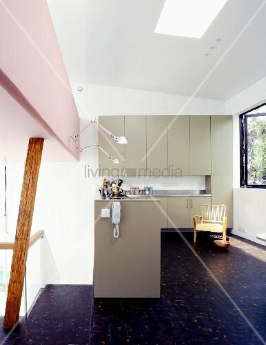 offene k che mit hellgrauen fronten und dunklem holzboden bild kaufen living4media. Black Bedroom Furniture Sets. Home Design Ideas