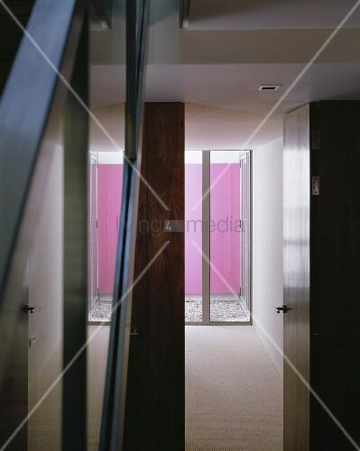 blick durch offene t r auf terrassenfenster vor mini patio mit rosa get nchter wand bild. Black Bedroom Furniture Sets. Home Design Ideas