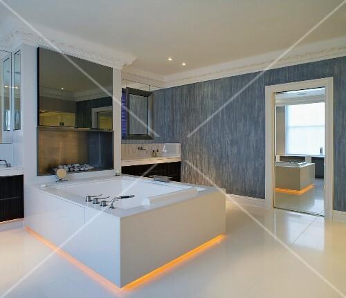 badewanne f r zwei mit gelber hinterleuchtung im bodenbereich im grossz gigen herrschaftlichen. Black Bedroom Furniture Sets. Home Design Ideas
