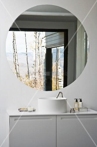 weisser designerwaschtisch mit unterschrank und rundem wandspiegel bild kaufen living4media. Black Bedroom Furniture Sets. Home Design Ideas