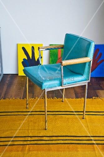Hellblauer vintage lederstuhl auf gelbem teppich bild for Innendesigner schweiz