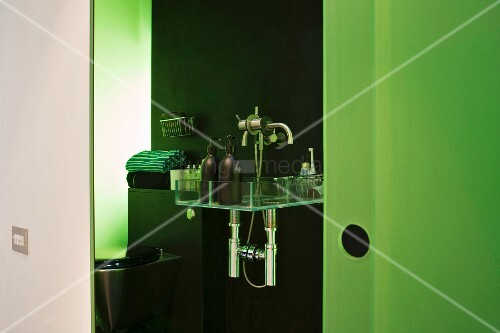 blick ins offene bad auf ablage mit badutensilien und gr n. Black Bedroom Furniture Sets. Home Design Ideas