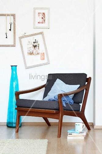 60er jahre sessel in d nischem design neben einer blauen bodenvase und bilder an der wand bild. Black Bedroom Furniture Sets. Home Design Ideas