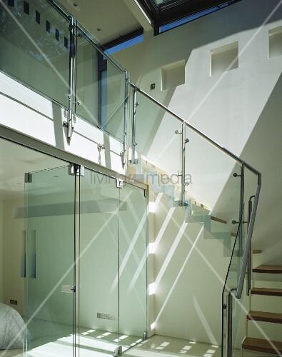 offenes treppenhaus mit glasschiebet ren und treppe mit. Black Bedroom Furniture Sets. Home Design Ideas