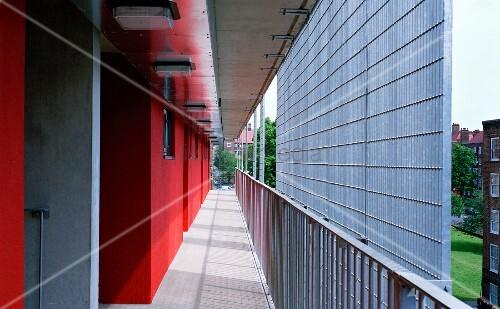 rot get nte hausfassade mit laubengang und sichtschutz aus metallgitter bild kaufen living4media. Black Bedroom Furniture Sets. Home Design Ideas