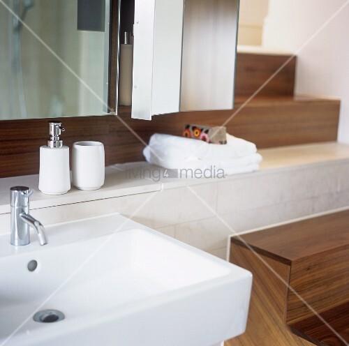 modernes waschbecken mit badutensilien auf ablage bild kaufen living4media. Black Bedroom Furniture Sets. Home Design Ideas