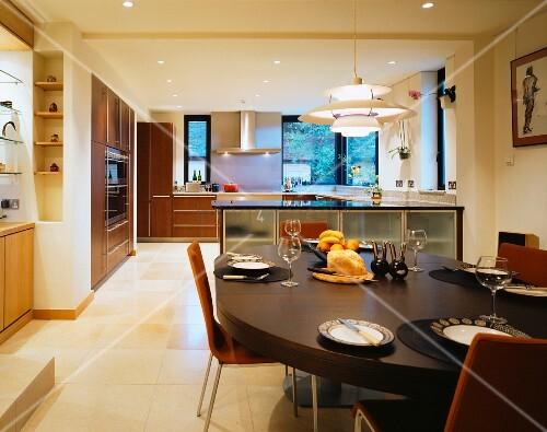 gedeckter esstisch mit h ngelampe aus bauhauszeit in offener moderner k che bild kaufen. Black Bedroom Furniture Sets. Home Design Ideas