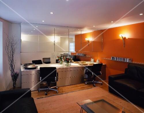 wohnraum mit gelb get nter beleuchteter wand und moderne. Black Bedroom Furniture Sets. Home Design Ideas