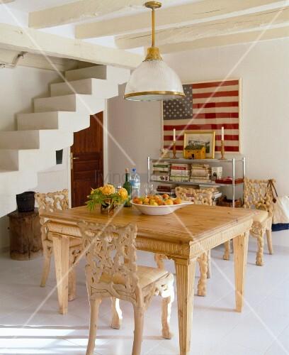 Holzstuehle Im Esszimmer : Geschnitzte holzst?hle und tisch im rustikalen weissen