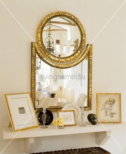 spiegelkombination mit goldenem rahmen ber weisser konsole und gerahmte bilder bild kaufen. Black Bedroom Furniture Sets. Home Design Ideas