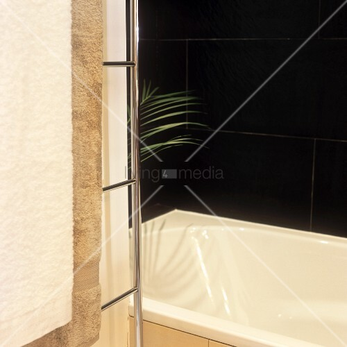 Ausschnitt einer badezimmerecke mit badewanne und schwarzen fliesen an wand bild kaufen - Fliesen an wand ...
