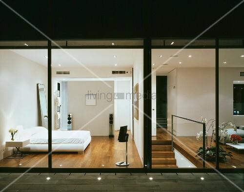 Terrasse mit bodenstrahlern und blick ins beleuchtete moderne schlafzimmer und wohnzimmer bild - Bodenstrahler wohnzimmer ...